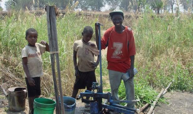 Dankzij UWW kon bij een school in Zambia een waterpomp voor een moestuin worden gefinancieerd