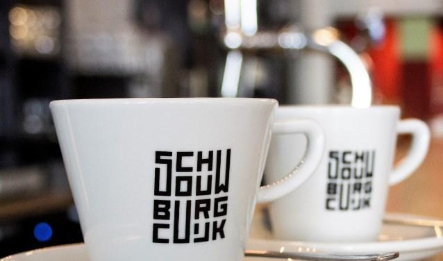 Het prijswinnende logo van Schouwburg Cuijk prijkt ook op een koffiekopje van het theater.