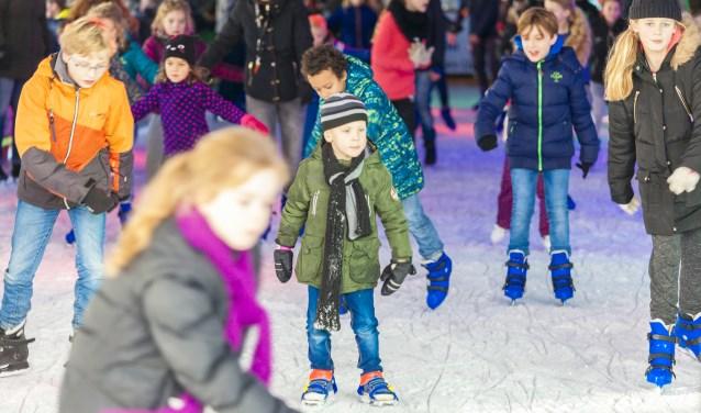 Jong en oud op de schaats tijdens een eerdere editie van Uden on Ice