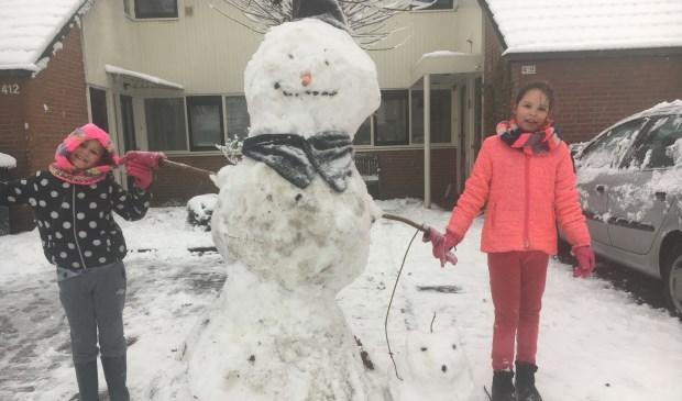 Fenne en Luna maakten een mooie sneeuwpop en hondje van de sneeuw