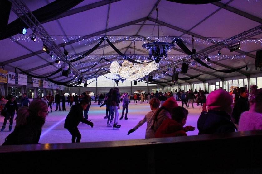 Drukte op de ijsbaan van Uden on ice
