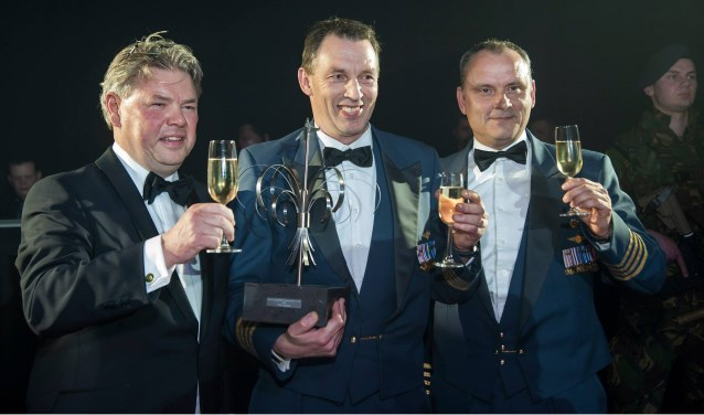 Vliegbasiscommandant Tankink ontving in 2015 de Verbindingspluim.