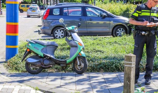 De scooter raakte beschadigt bij het ongeval ( Foto's : Maickel Keijzers / Hendriks Multimedia )