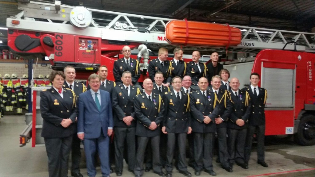 De brandweer met de burgemeester.