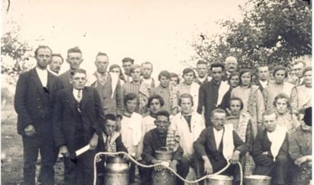 Een foto uit het boek: In 1929 werden op 23 en 24 september melkersexamen gehouden  in  de wei van de familie Kaal in Sint Anthonis.