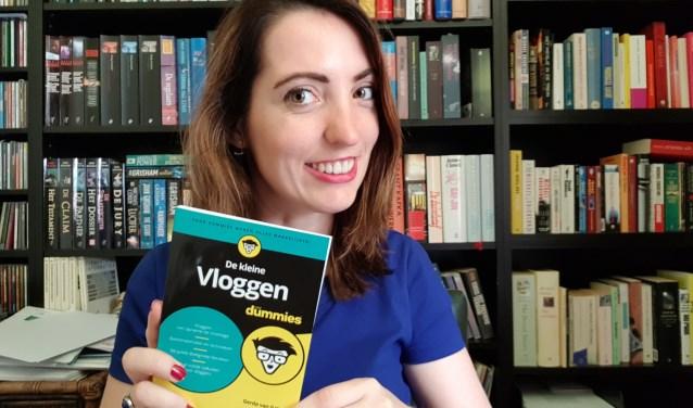 Gerda van Galen met haar nieuwe boek Vloggen voor Dummies.
