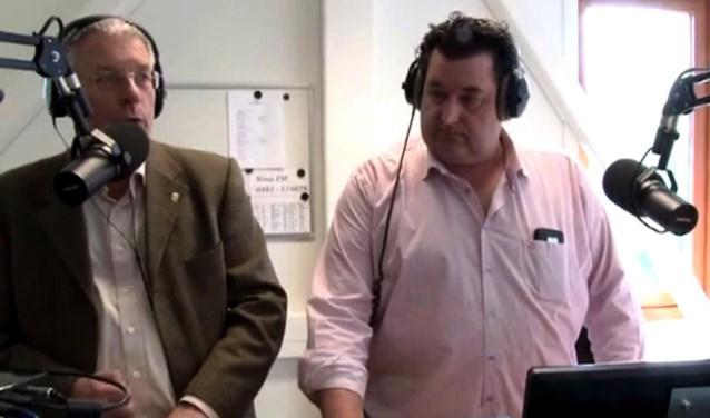 Burgemeester Peter de Koning (links) met presentator Chris Smits tijdens de eerste uitzending van Omroep Maasduinen in de studio bij Pica Mare.