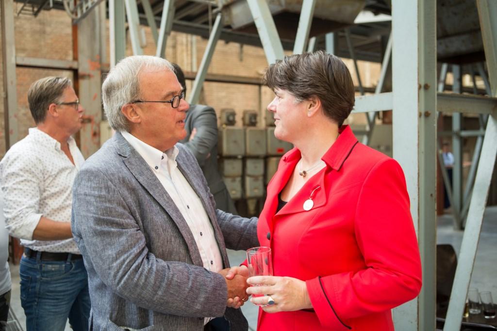 Pieter van Dieperbeek (L) samen met oud-burgemeester van Veghel Ina Adema.  © Kliknieuws Veghel