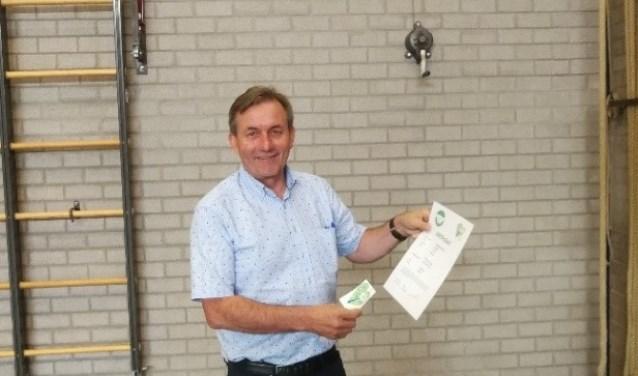 Sjaak van der Linden in de Rijkevoortse sportzaal met het Groen Certificaat.