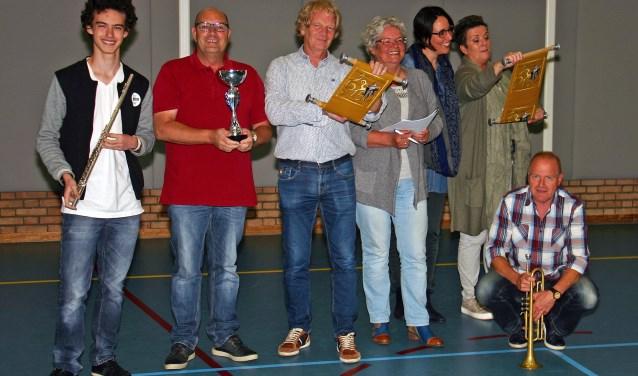 De theatercrew met (vlnr) Elizardo Laclé, Jos Wetzel, Jan Peters, Riet van Lith, Anneke Derks van de  Ven, Marita Bos en Michel van den Berg.