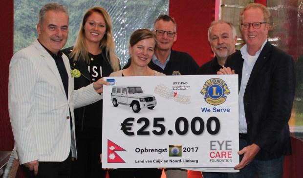 (Vlnr) Thijs van Praag (bestuursvoorzitter), Tessa Wortman, Maaike van Veen van Eye Care Foundation krijgen de cheque overhandigd van de Lionsleden Gerard Muskens, Rob Honings (voorzitter golfcommissie) en Theo Smits (president). Foto: Rob Honings