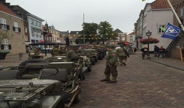 Re-enactors met hun legervoertuigen in Grave.