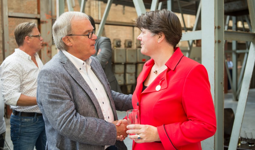 Pieter van Dieperbeek (L) samen met oud-burgemeester van Veghel Ina Adema.