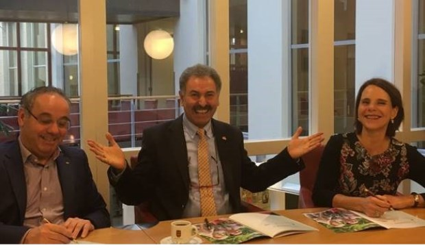 Foto: Wethouder Rob Poel van de gemeente Cuijk (links), Mustafa Kalin van Stichting Huurdersbelangen Cuijk (midden) en bestuurder Anne Wilbers van Mooiland ondertekenen de prestatieafspraken van de gemeente Cuijk.