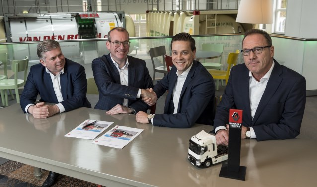 Ondertekening van de overeenkomst door Hans Kanters (Director Procurement) en Rico Daandels (CEO) van Van den Bosch Transporten & Maarten Broens (Director) en Ed van Rijswijk (Manager Sales Operations) van Renault Trucks.