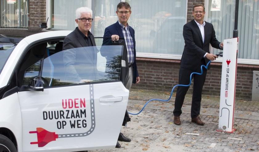 Wethouder Matthie van Merwerode, Jeroen Smarius en Jan van Vlijmen bij een elektrische deelauto. (foto: Ad van de Graaf)