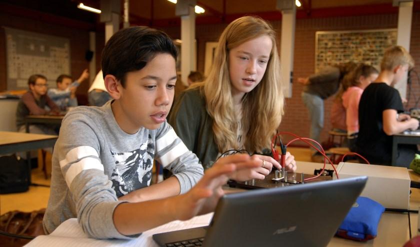 UC-leerlingen aan het werk tijdens een les Nask