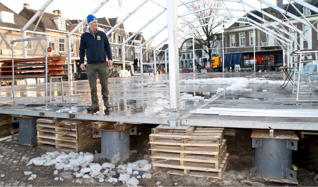Maandagmiddag was het ijs al gesmolten en de tent al bijna verdwenen (Foto's: Ties van Dooren).