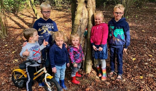 Timo, Hugo, Janne, Yara, Elise en Julius. In de stam van de boom zit een kaboutertje verstopt.