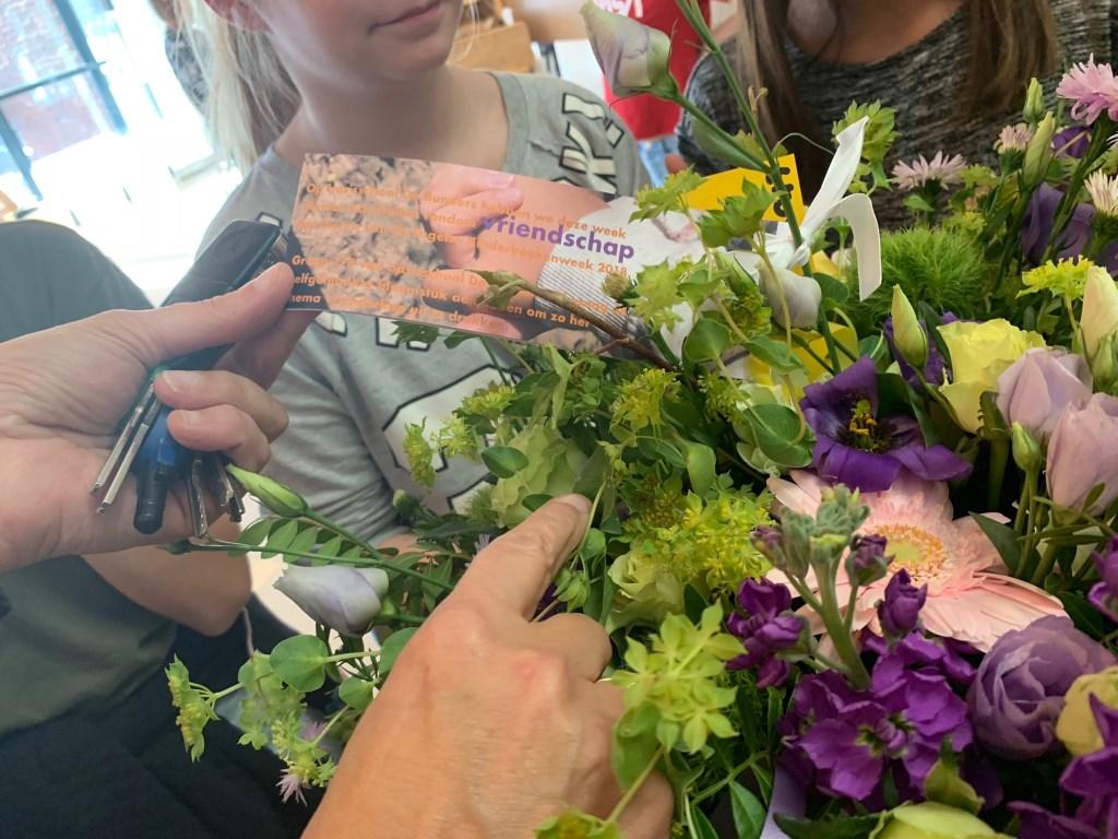 De leerlingen met de bloemen.  © Kliknieuws Veghel