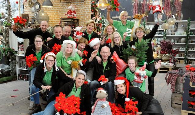 Het team van Tuincentrum Olieslagers in Boxmeer is al in kerstsfeer. (foto: Ingrid Driessen)