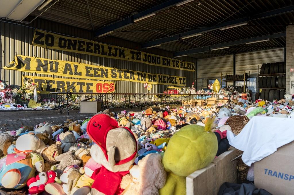 De opgeslagen spullen van het herdenkingsveld. (Foto: René Nelissen)  © Kliknieuws Oss