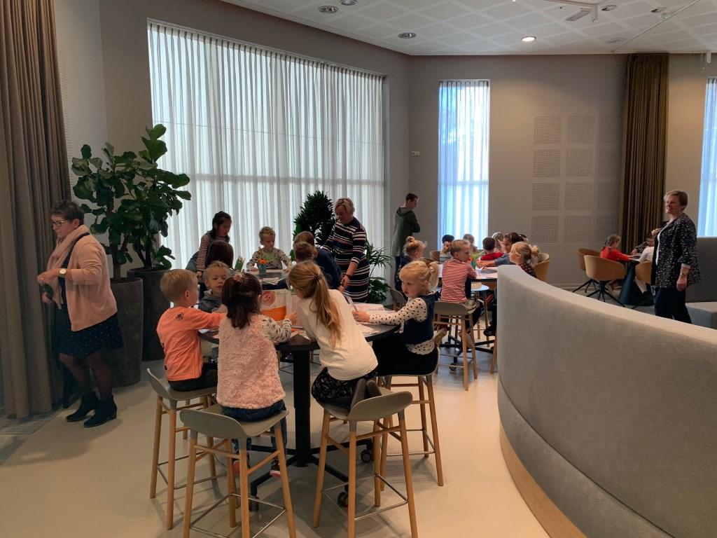 Wethouder Coby van der Pas ontbijt met basisschoolleerlingen.  © Kliknieuws Veghel