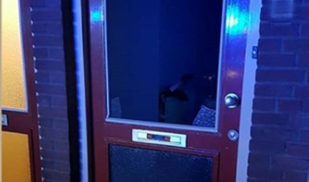Zwaar vuurwerk (Cobra 6) via brievenbus naar binnen gegooid in woning Zwaluwstraat. (Foto: Instagram wijkagent Oss-Zuid)