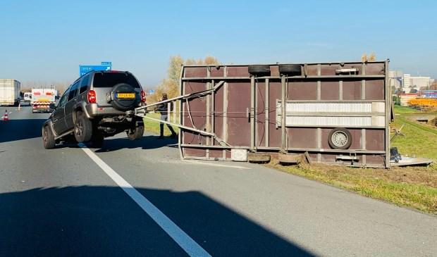 Jeep met aanhanger op zijn kop.  © 112 Brabantnieuws