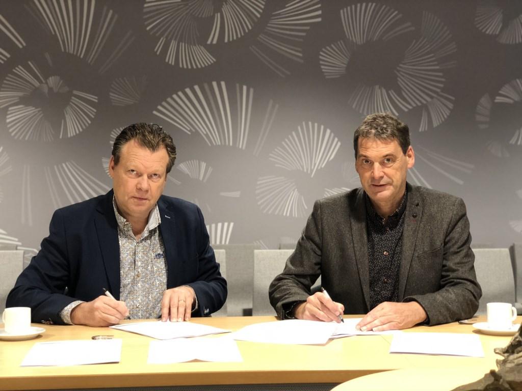 Eus Witlox en Jan van Vucht ondertekenen de contracten.   © Kliknieuws Veghel