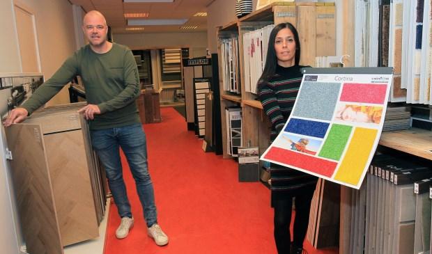 Mark Konings en zijn vrouw in de zaak van Konings Vloeren. (Foto: Hans van der Poel)