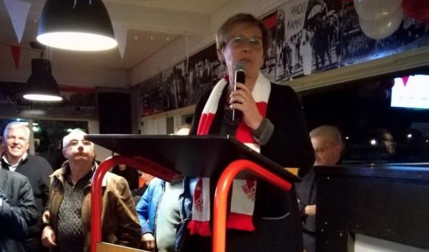 Wethouder Coby van der Pas-van Nuland verricht de opening van de nieuwe kunstgrasvelden van voetbalclub Rhode/Van Stiphout