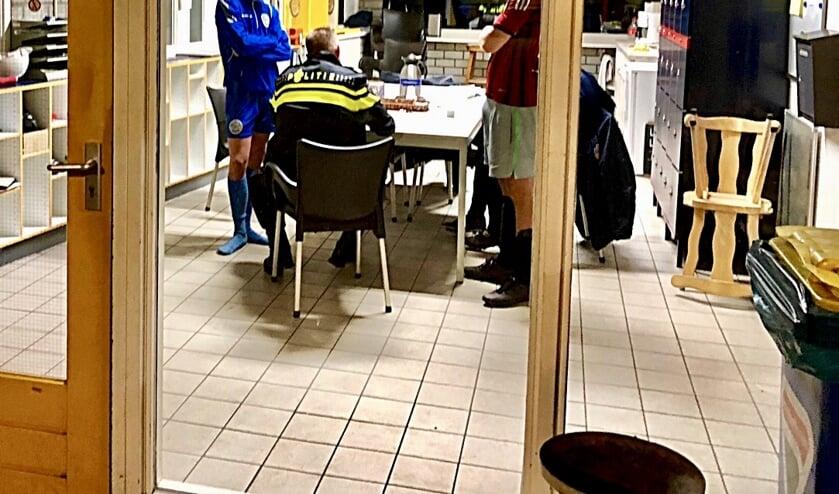 De politie informeert bij twee gedupeerde voetballers naar wat er allemaal is meegenomen.