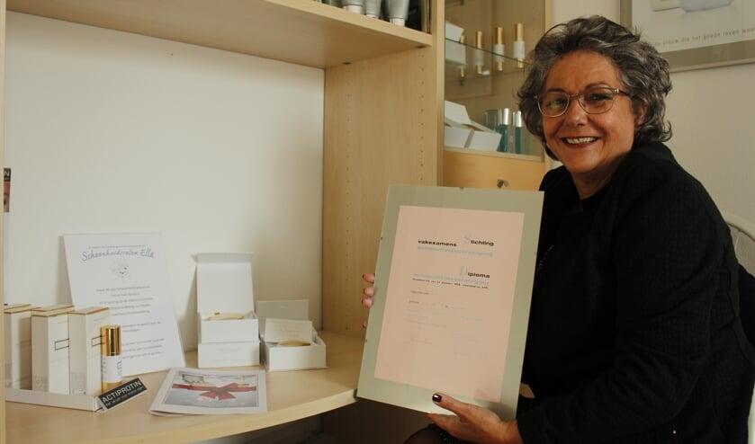 Ella Nillesen met haar diploma van Wieny Wanrooy dat ze op 22 november precies 30 jaar geleden haalde.