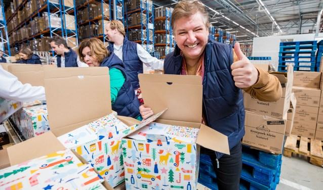 René Froger is druk bezig met het inpakken van de voedselpakketten.
