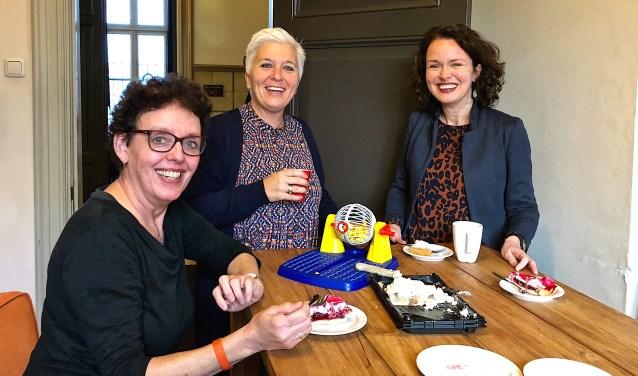 Gerri, Natasja en Annelies van de organisatie genieten van een lekker stukje taart. Maar wat doet die Bingomolen daar...?