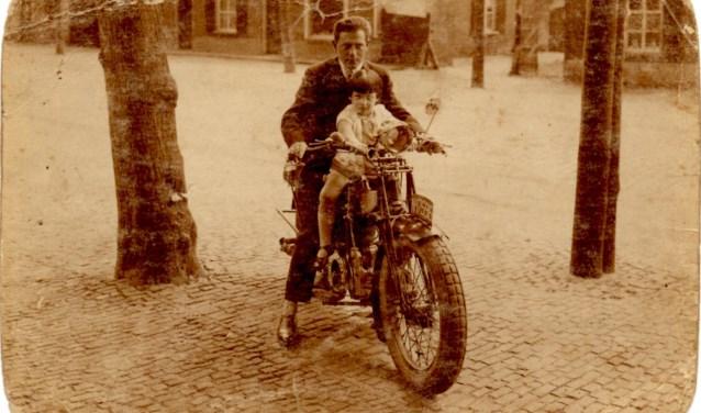 David van Zwanenbergh met zijn dochtertje Betty, rond 1928 in de Marktstraat in Uden (bron: collectie familie Stronkhorst)