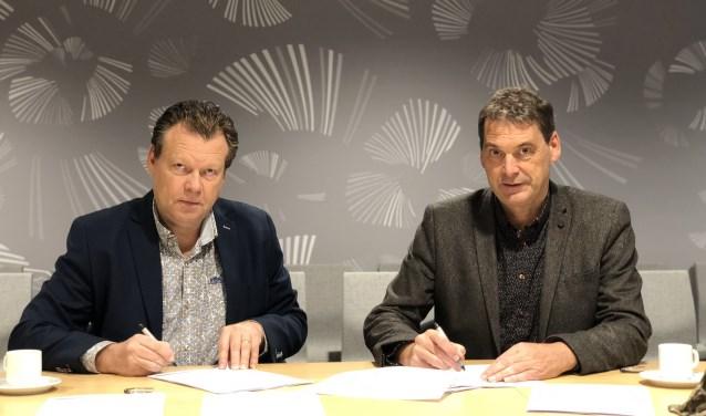 Archiefbeeld: Eus Witlox (wethouder Meierijstad) en Jan van Vucht (Area) tekenen contracten voor de verkoop van bouwgrond in de kern van Veghel.