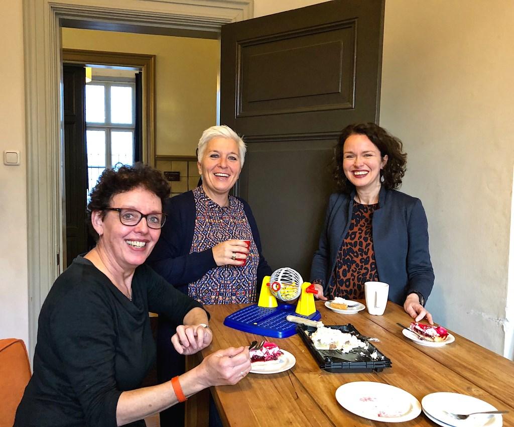 Gerri, Natasja en Annelies genieten van een lekker stukje taart.    © Kliknieuws Veghel