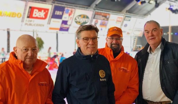 IJsmeester Ad van Dongen, Eric Rath, ijsmeester Wim Holland en Ben van de Meerakker zijn trots op het eindresultaat.