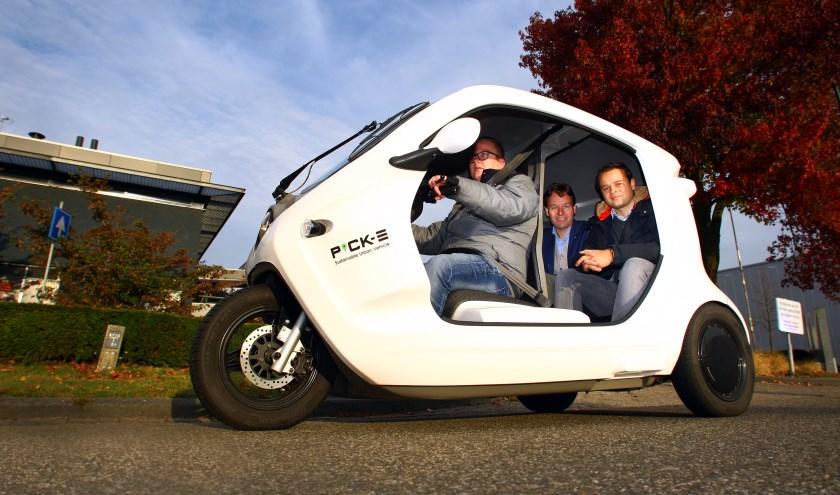 Pick-E, een elektrische drielwieler vervoerd de werknemers over het bedrijventerrein van Veghel.