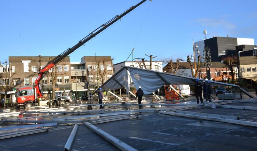 Gisteren werd er hard gewerkt om de tent gereed te maken (foto: Henk Lunenburg)