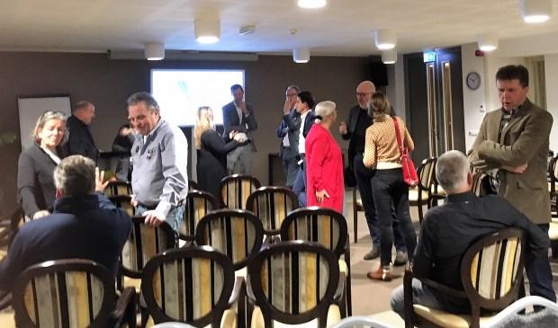 Wethouder Henisch (midden) nodigde alle ondernemers uit voor een gesprek over de toekomst van retail en de vesting Grave (Catharinahof). (foto en tekst Annelies Graafsma)