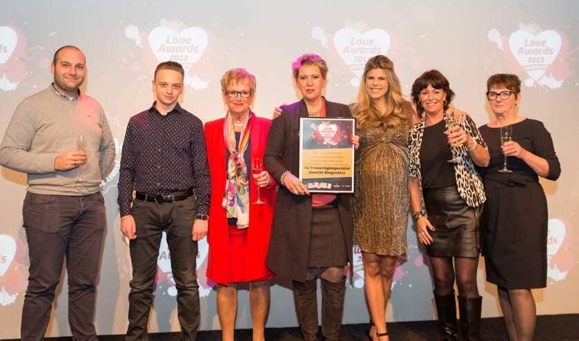 Het team van Uw Trouwringenspecialist Juwelier Rooyackers neemt de award in ontvangst van Kim Kötter