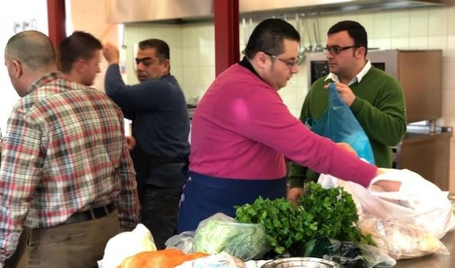 De Syrische koks aan het werk in de keuken.