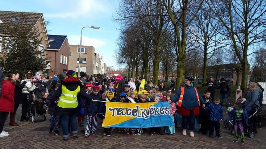 Traditionele carnavalsoptocht van basisschool De Teugelaar.