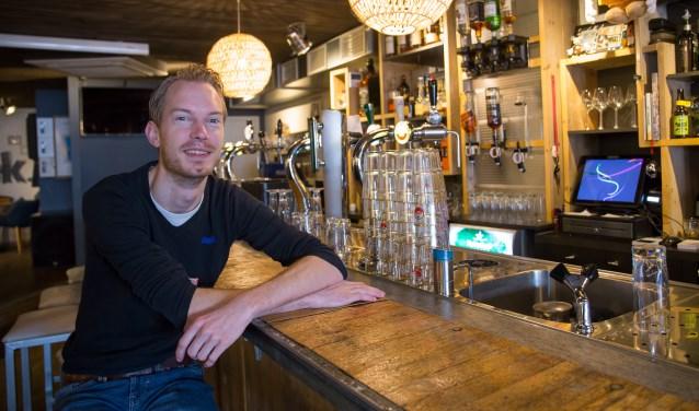 Jaap van Herwaarden zit aan de bar van zijn Fellows & Friends.