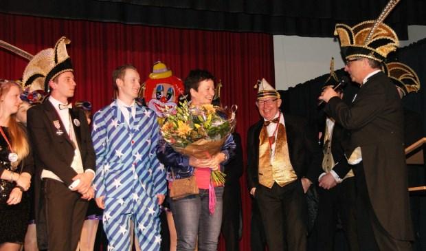 Annemarie van den Tillaar ontvangt de onderscheiding voor haar inzet voor de Boerdonkse gemeenschap.