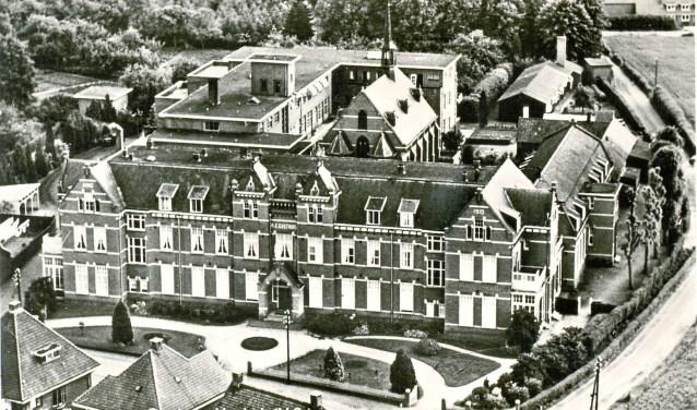 Een bekende ansichtkaart voor Veghelaren. Zo zag het ziekenhuis er uit tussen 1935 en 1958.