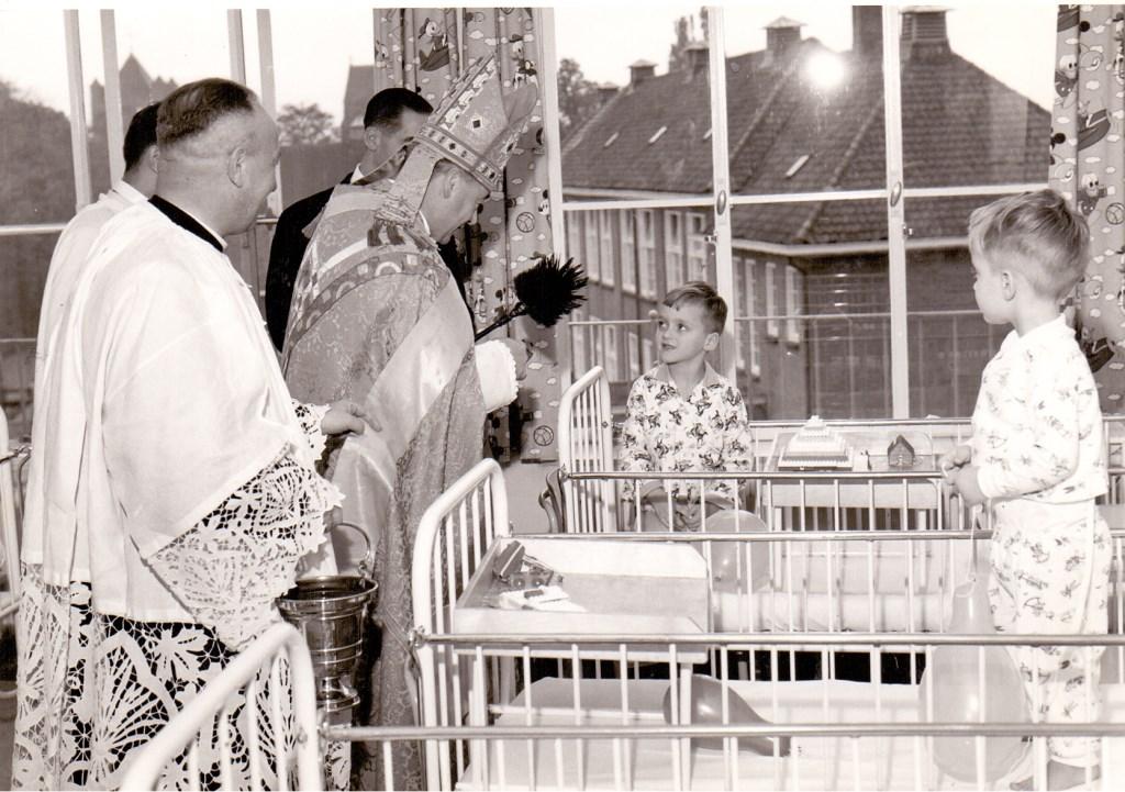 1961-10-24: Inzegening nieuwe Kinderafdeling door Mgr. Bekkers  © Kliknieuws Veghel